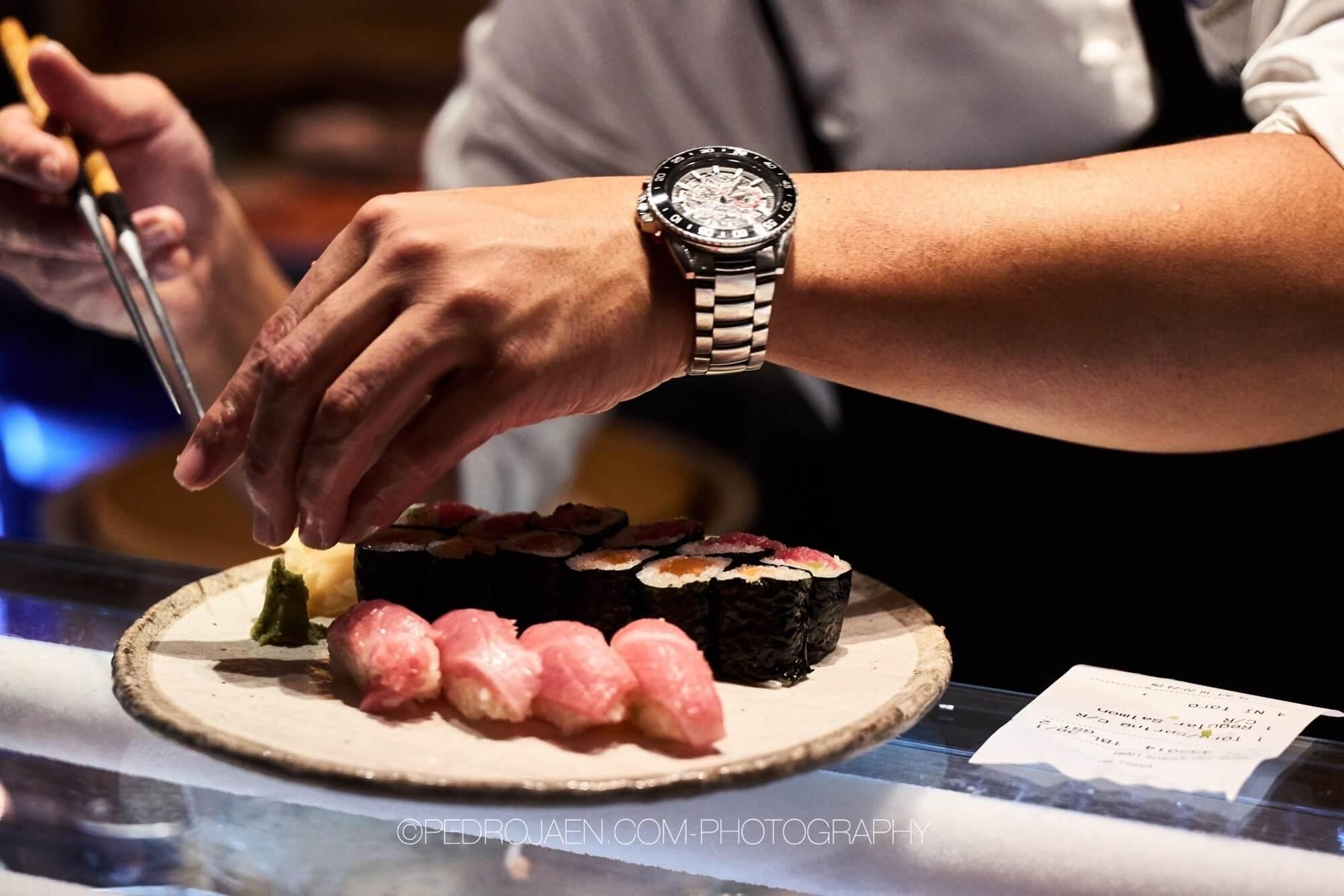 Sushi och en silvrig klocka