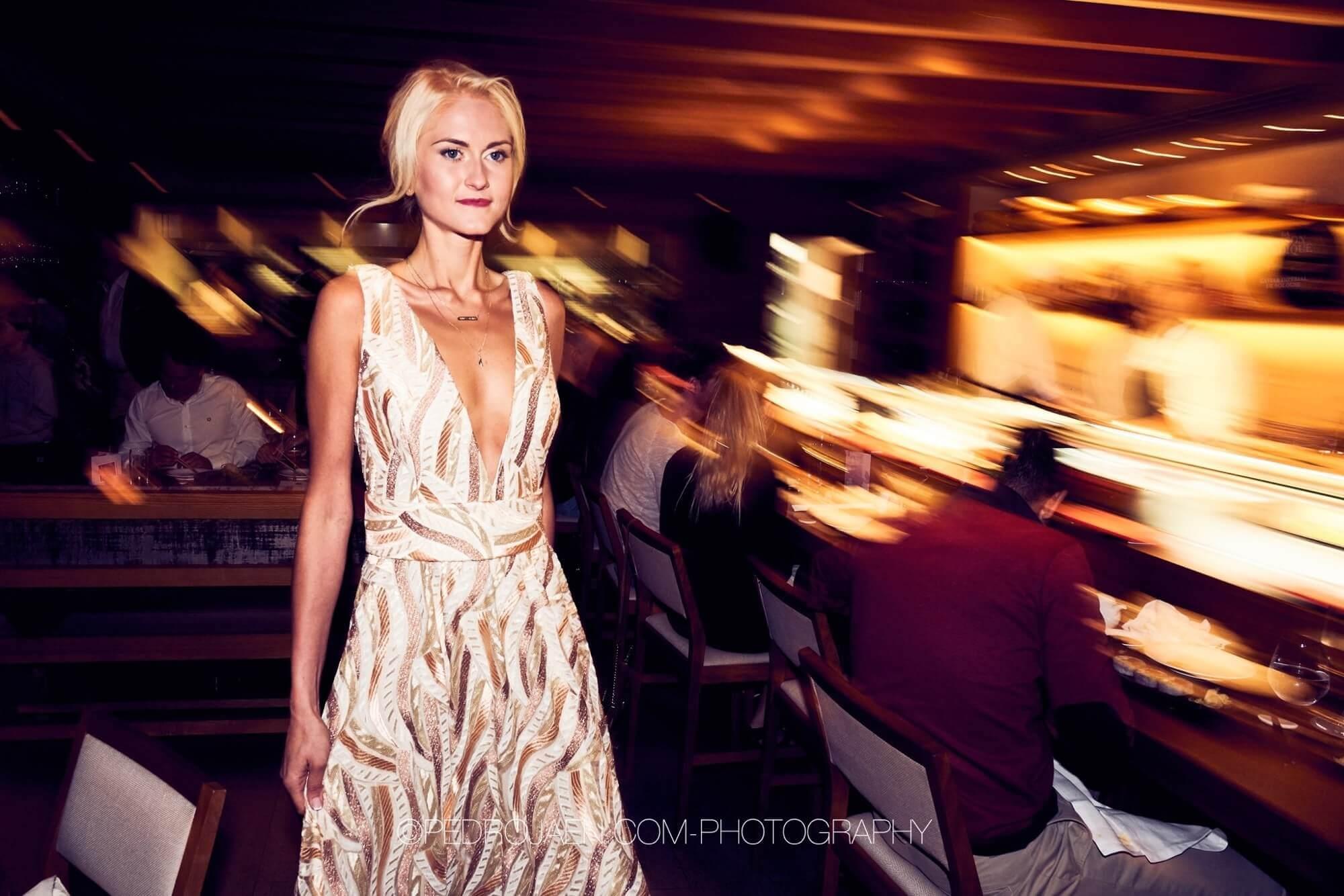 Vacker kvinna i en vit klänning på nob charity event